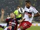 TVRDÝ STŘET. Kevin Prince Boateng z AC Milán (vpravo) bojuje o míč s Mikaelem