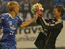 Olomouck� brank�� Martin Blaha (vpravo) zasahuje p�ed Michalem Frydrychem z