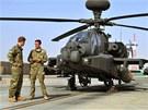 Princ Harry s kolegou u helikoptéry Apache na základně Bastion v afghánské