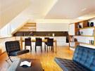 Sedací nábytek připomíná vilu Tugendhat, navrhl jej Mies van der Rohe a stále