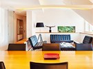 Nábytek v obytném prostoru je vyrobený z lakovaných desek a dýhovaných prvků.