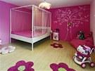 Terez�in pokoj je za��zen jako pro malou princeznu. Postel s nebesy, rozkvetl�