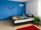 Pokoj mal�ho Tom�ka je lad�n� do klu�i�� modr� barvy. Motiv Hv�zdn�ch v�lek na