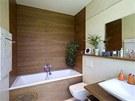 Koupelnu rodičů zkrášluje obložení z teakového dřeva a mramorové topné těleso..