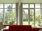 Obývací pokoj je spojen s jídelnou a ze dvou stran obklopen prosklenými