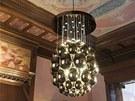 Lustr, který navrhl Rony Plesl pro Lasvit, zářil v hlavním sále Pražského domu.