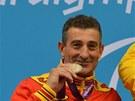Sebastian Rodríguez (vlevo) pózuje se stříbrnou paralympijskou medailí.