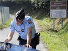 Policista si zapisuje poznámky během ohledávání činu u jezera Annecy (6. září