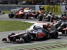 KR�TCE PO STARTU. Lewis Hamilton hladce udr�el prvn� m�sto, ale Felipe Massa se