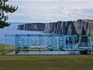 Jeden ze sklen�n�ch koncept� domu je um�st�n� na pob�e�� a stoj� nad vodn�