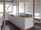 Pohled do kuchyn� z vyv�en�ho p�dia obytn�ho prostoru