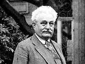 Leoš Janáček na zahrádce před svým brněnským domkem se psíkem Čiperou; 20.