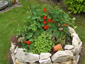 Dal�� zdroj bylinek, kamenn� spir�la,  je po ruce nedaleko letn� kuchyn�.