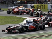 KR�TCE PO STARTU. Lewis Hamilton hladce udr�el prvn� m�sto, ale Felipe Massa se...