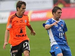 Ostravský Davor Kukec (vpravo) odehrává míč před Tomášem Hořavou z Olomouce.