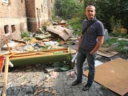 Majitel domu v ostravské Palackého ulici Kamil Viertigroch ukazuje nepořádek,