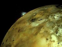 Sn�mek v�buchu na m�s�c� Io ze vzd�lenosti zhruba p�l milionu kilometr�. Erupce