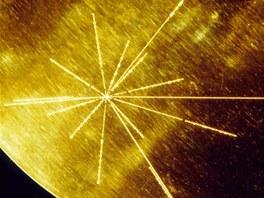 Kryt desky na sondách Voyager s návodem na přehrání desky a s vyznačenou