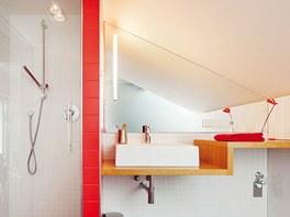 Červenobílá koupelna dětí v patře má oproti původní příjemný tvar a denní