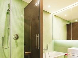Koupelna rodičů získala velký sprchový kout, je obložená zelenou skleněnou