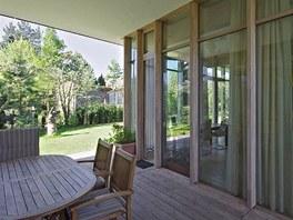 Zastřešené atrium tvoří předěl mezi soukromou a pracovní zónou částí domu,