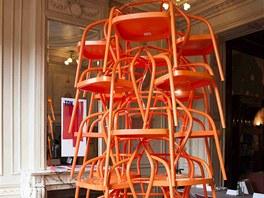 Celkem 24 židlí 02 (autor Jaroslav Juřica, výroce TON) tvoří skulpturu