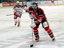 Znojemský hokejista Peter Pucher při utkání s Klagenfurtem.