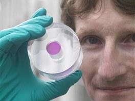 Mark Oxborrow s růžovým krystalem, který tvoří srdce jeho maseru