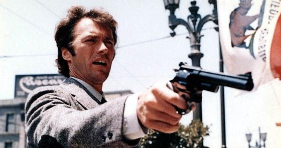 Clint Eastwood jako Harry se s výkonem policejní služby moc nepáře.