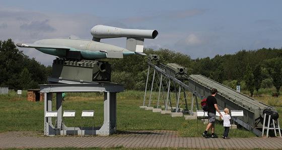 Raketa V1 s odpalovac� rampou. Rampa m�la d�lku 48 metr� a na konci v�ku 5