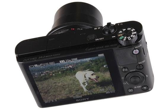 Sony RX-100: Displej nen� dotykov�, ale perfektn� �iteln� i p��m�m na slunci.
