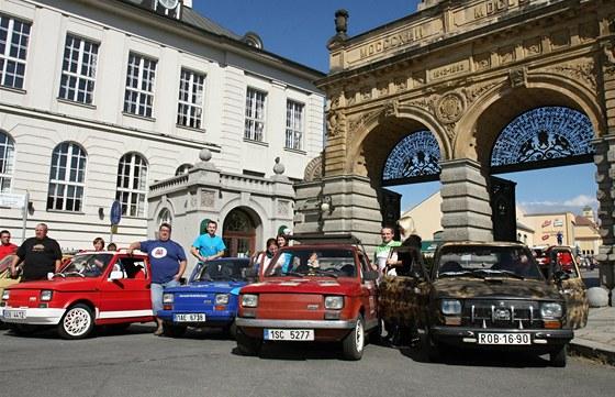 V Plzni se o víkendu konal sraz majitelů vozů Fiat 126. Kolonu autíček...