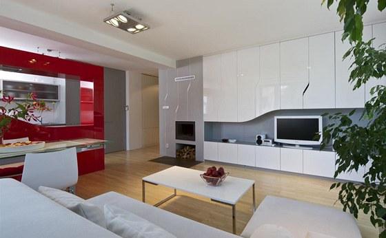 Ob�vac� pokoj spojen� s kuchy�sk�m koutem je orientovan� na jihoz�pad. D�ky
