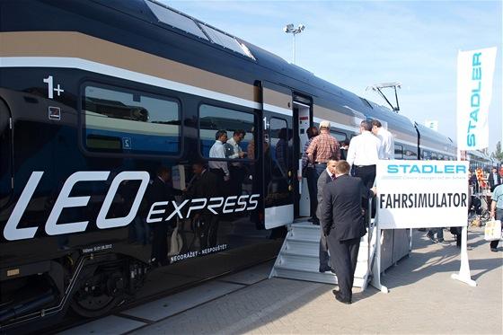 Při výcviku jízdy strojvedoucího vlak stojí. Špičky evropské železnice zaujalo