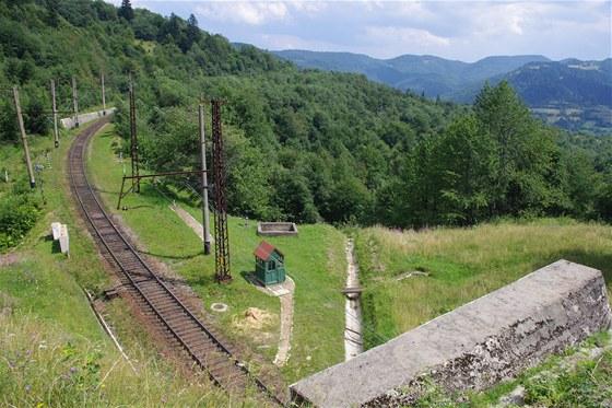 Železnice stoupá na hlavní karpatský hřeben.
