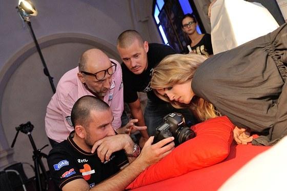 Gabriela Gunčíková během natáčení videoklipu Černý anděl. Na vše dohlíží i