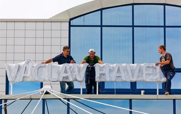 D�lníci za�ali s montá�í nápisu na Leti�ti Ruzyn�. Nov� se bude jmenovat Vaclav