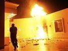 Americký konzulát v Benghází v plamenech. Ozbrojenci ho napadli údajně kvůli...