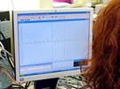 Testov�n� vzork� na obsah metanolu v laborato�i HZS Moravskoslezsk�ho kraje ve