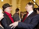 Prezidentský kandidát Jan Fischer se na pražském Žofíně vítá s hercem Janem