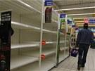 Reg�ly v plze�sk�m hypermarketu Tesco, z nich� zmizel ve�ker� tvrd� alkohol