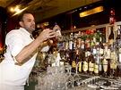 Jan Klier vyklízí pult pražského baru Tretter's kvůli vyhlášení zákazu prodeje