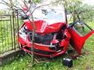 Řidička škončila se svým vozem na zahradě jednoho z rodinných domů.