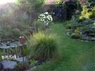 Travnatá cesta v horní části zahrady vás od stodoly dovede až k zeleninovým...