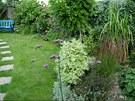 Hned za bazénem se otevírá pohled na klidné romantické zákoutí s posezením.