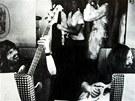 Plastic Ono Band v letadle na cestě do Toronta (zleva Klaus Voorman, John
