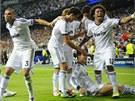 MADRIDSKÁ EUFORIE. Fotbalisté Realu Madrid se radují z vítězného gólu, který v