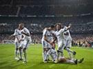 VÍTĚZNÁ RADOST. Real Madrid slaví. Cristiano Ronaldo (jako jediný sedí)