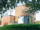 Exteriér domu tvoří dvě odlišné tvarové i materiálové hmoty. Starší část má