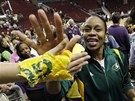DÍKY DÍKY DÍKY. Tina Thompsonová přijímá gratulace fanoušků Seattle Storm. Teď